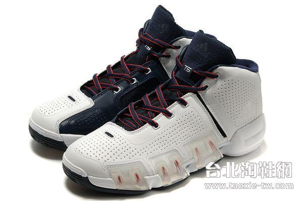 男生白色运动鞋